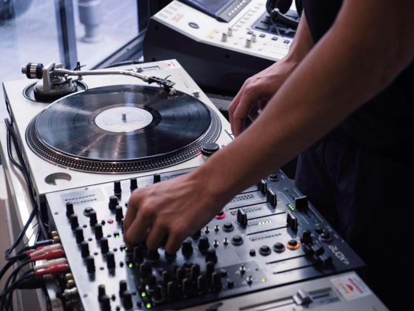 Platos y mesa de mezclas de Emelvi. Festival Red Bull Music Academy Weekender. Fotografía de Luis F. Roncero.