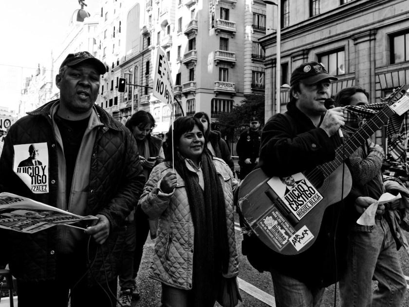 Manifestantes con pancartas pidiendo juicio y castigo a la corrupción de Rodrigo Rato y Miguel Blesa. Manifestación en Madrid contra los recortes del Partido Popular y el desmantelamiento del Estado de Bienestar en España. Fotografía de Luis F. Roncero.