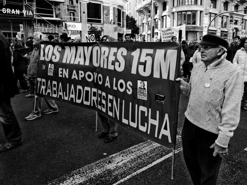 """Yayoflautas con pancarta: """"Los mayores del 15-M en apoyo a los trabajadores en lucha"""" Manifestación en Madrid contra los recortes del Partido Popular y el desmantelamiento del Estado de Bienestar en España. Fotografía de Luis F. Roncero."""