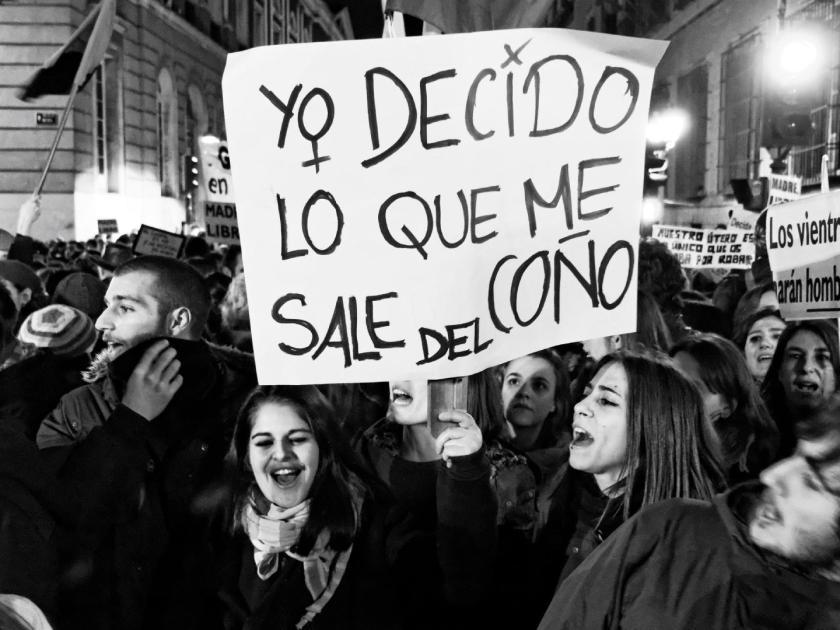 """Feministas con pancarta: """"YO DECIDO LO QUE ME SALE DEL COÑO"""". Mi Bombo Es Mio: manifestación en Madrid contra la Ley del Aborto del Partido Popular. Fotografía de Luis F. Roncero."""