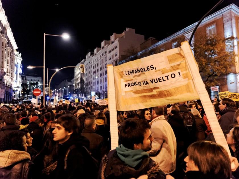 """Pancarta: """"Españoles, Franco ha vuelto"""". Rodea el Congreso: manifestación en Madrid contra la Ley Mordaza del Partido Popular. Fotografía de Luis F. Roncero."""