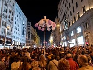 Gran vía madrileña llena de manifestantes. Paraguas con globos violetas. Día de la Mujer en Madrid. Manifestación contra la Ley del aborto de Gallardón (Partido Popular). By Luis F. Roncero