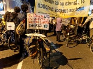 """Bicicleta con pancarta: """"El planeta no es vuestro, nuestro cuerpo tampoco"""". Día de la Mujer en Madrid. Manifestación contra la Ley del aborto de Gallardón (Partido Popular). By Luis F. Roncero"""