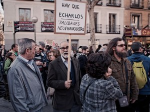 """Hombre sostiene una pancarta con la inscripción """"Hay que echarlos, Talibanes Neofranquistas"""". """"Marchas de la Dignidad"""" en Madrid. Manifestación contra el paro, la precariedad y los recortes del Partido Popular. By Luis F. Roncero"""