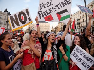 Mujeres con pancarta Free Palestine. Manifestación contra el genocidio de Israel en Gaza.. By Luis F. Roncero