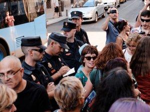 Policía de Madrid identificando a manifestantes. Manifestación contra la violencia machista frente al Ministerio de Justicia en Madrid. By Luis F. Roncero
