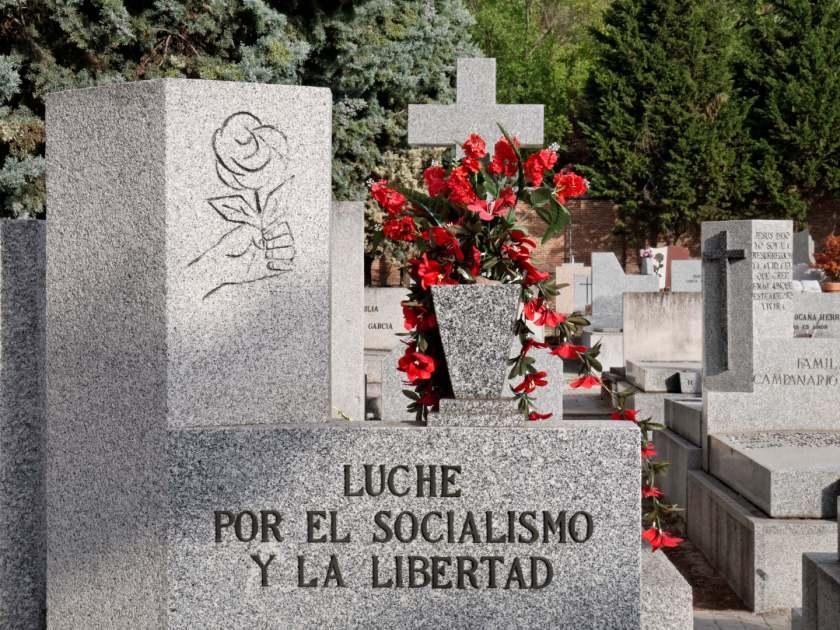 """""""Lapida socialismo y libertad"""". Epitafio socialista en el Cementerio Civil de Madrid. By Luis F. Roncero."""