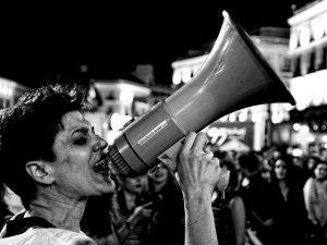 Mujer gritando con un megáfono. Manifestación por la despatologización de la transexualidad en Madrid. By Luis F. Roncero