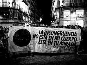 Pancarta LGBT. Manifestantes sostienen pancarta. Manifestación por la despatologización de la transexualidad en Madrid. By Luis F. Roncero
