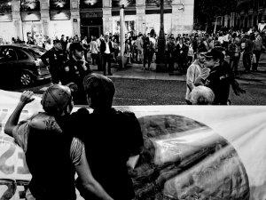 Pareja abrazada frente a la policía tras una pancarta en defensa de los derechos de los transexuales. Manifestación por la despatologización de la transexualidad en Madrid. By Luis F. Roncero