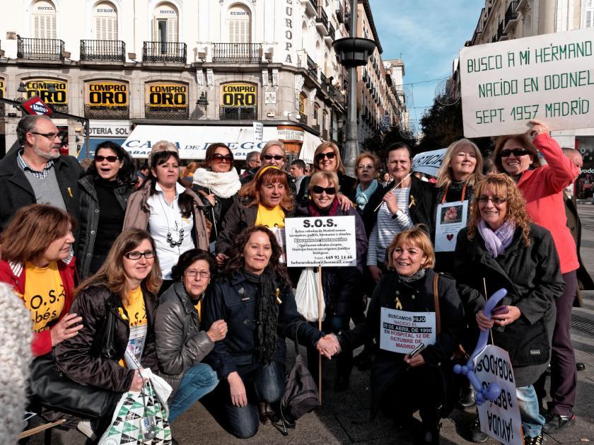 Familiares de los bebés robados se manifiestan en la Puerta del Sol de Madrid. Fotografía de Luis F. Roncero.