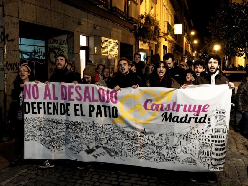 """Cabecera de manifestación por el Patio Maravillas con una pancarta: """"No al desalojo. Defiende el Patio. Construye Madrid"""" Fotografía de Luis F. Roncero."""