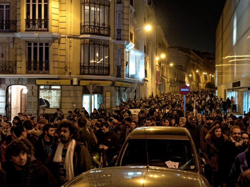 Calle repleta de miles de manifestantes en defensa del centro social autogestionado okupado Patio Maravillas. Fotografía de Luis F. Roncero.