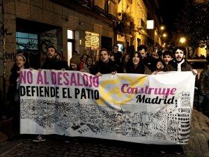"""Cabecera de manifestación por el Patio Maravillas. """"No al desalojo. Defiende el Patio. Construye Madrid"""""""