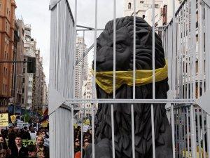 Reproducción de un león del Congreso de los diputados enjaulado y amordazado. Manifestación contra la Ley Mordaza en Madrid. By Luis F. Roncero