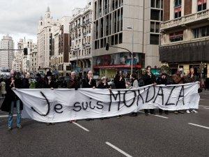 """Manifestantes sostienen pancarta contra la Ley Mordaza del Partido Popular: """"Je suis Mordaza"""" Manifestación contra la Ley Mordaza en Madrid. By Luis F. Roncero"""