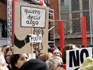 Pancarta por la libertad de expresión: dibujo de un ciudadano multado por opinar. Manifestación contra la Ley de Seguridad Ciudadana del Partido Popular en Madrid. By Luis F. Roncero