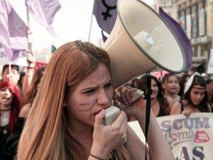 Joven feminista con megáfono. Manifestación el Día Internacional de la Mujer en Madrid. By Luis F. Roncero