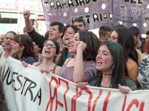 Mujeres gritan tras pancarta feminista. Manifestación el Día Internacional de la Mujer en Madrid. By Luis F. Roncero