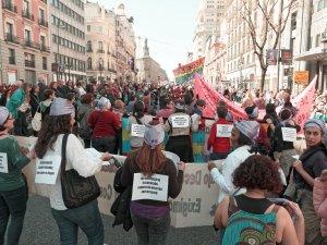 Mujeres con carteles feministas en la espalda. Manifestación el Día Internacional de la Mujer en Madrid. By Luis F. Roncero
