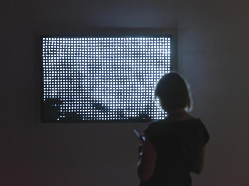 Mujer observando instalación audiovisual de LEDs de Jim Campbell. Fotografía de Luis F. Roncero.