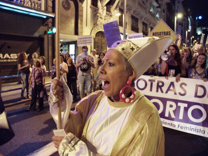 Mujer feminista disfrazada de sacerdote. Manifestación en Madrid contra la reforma de la ley del aborto del Partido Popular. Fotografía de Luis F. Roncero.
