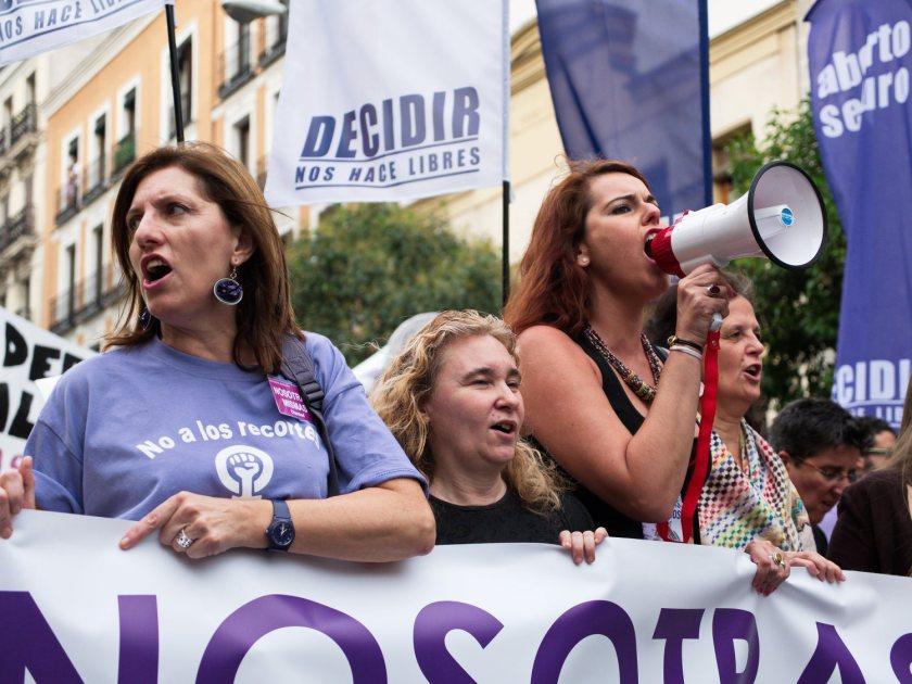 """Mujeres con pancartas y megáfono: """"Decidir nos hace libres"""". Manifestación en Madrid contra la reforma de la ley del aborto del Partido Popular. Fotografía de Luis F. Roncero."""