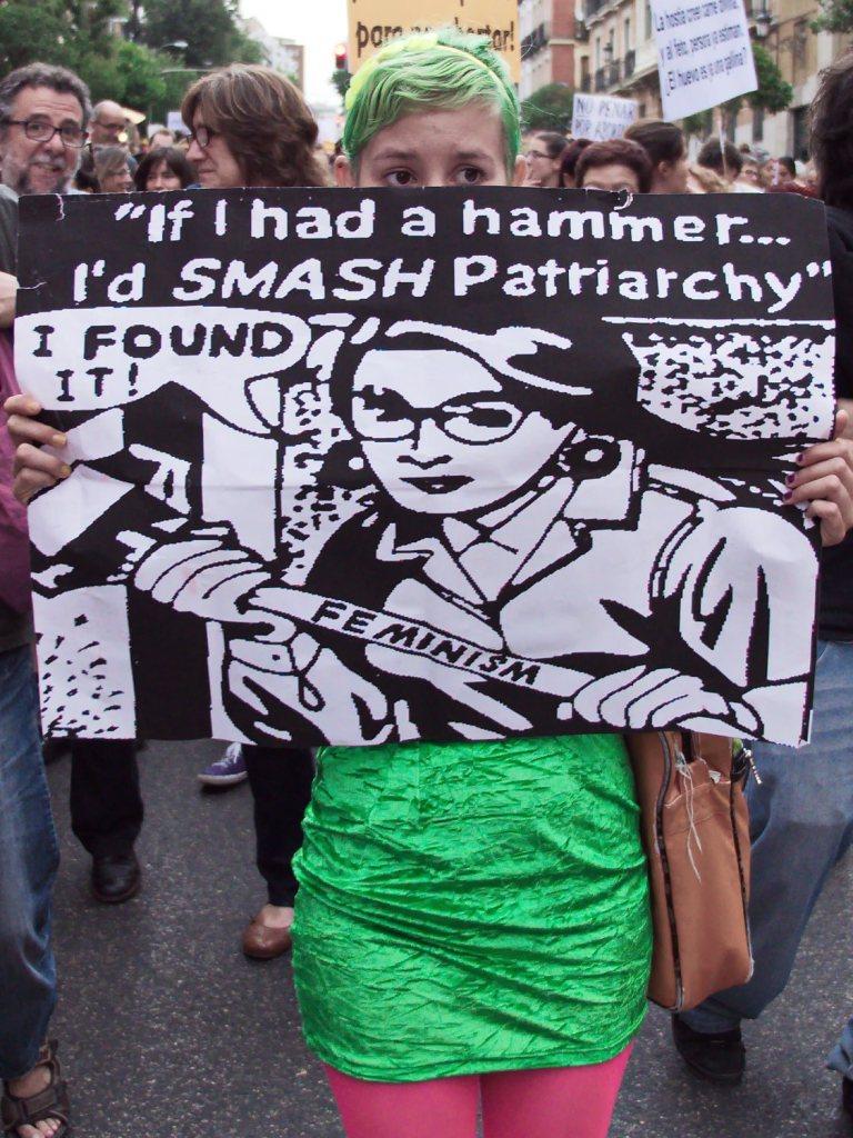 """Mujer con pancarta contra el patriarcado: """"If I had a hammer... I'd SMASH Patriarchy"""". Manifestación en Madrid contra la reforma de la ley del aborto del Partido Popular. Fotografía de Luis F. Roncero."""