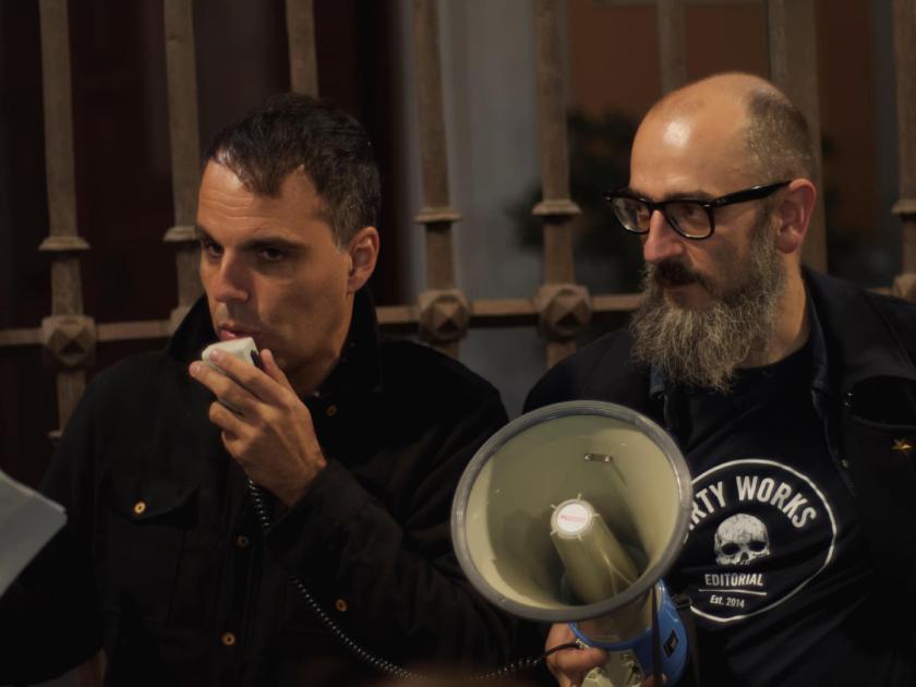Servando Rocha y Carlos Arévalo, de La Felguera Editores, hablando con un megáfono en la puerta de la parroquie de San Sebastián de Madrid. Fotógrafo: Luis F. Roncero.