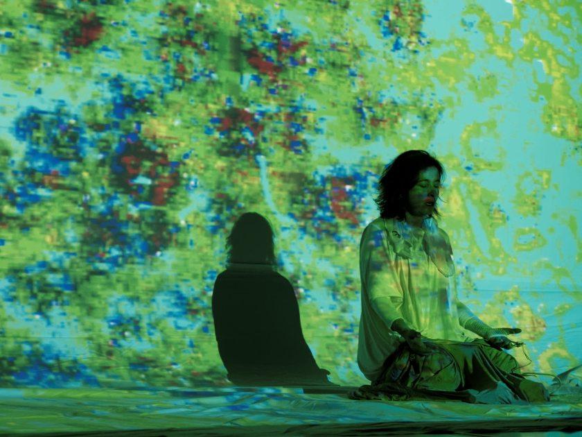"""Mujer meditando. Claudia Robles-Ángel representando la performance audiovisual """"SKIN"""" en el festival Madatac. Fotografía de Luis F. Roncero."""