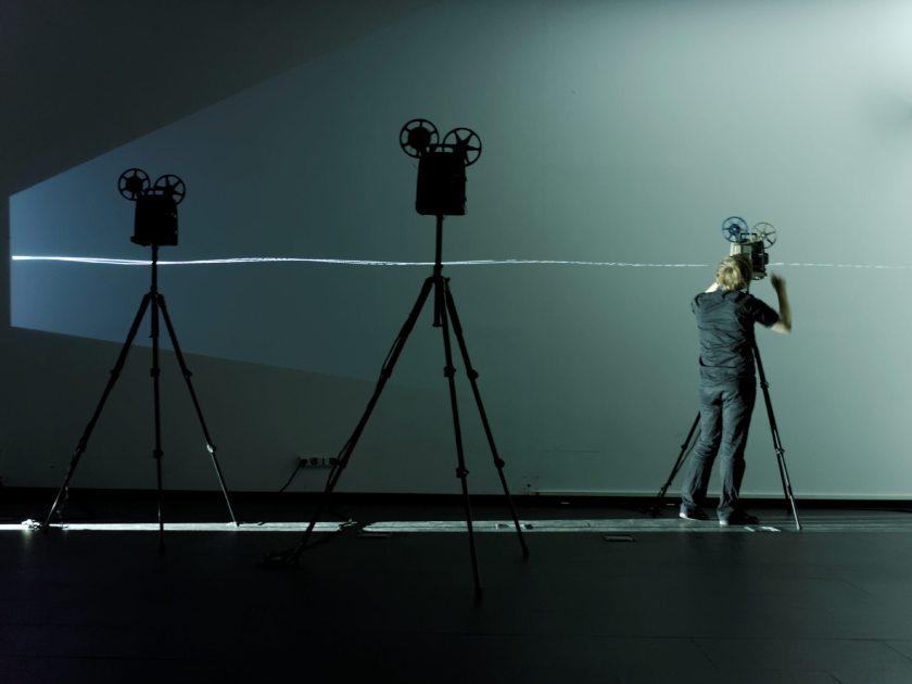 """La proyección de un rayo de luz atraviesa el escenario. Martin Messier """"Projectors"""". Performance audiovisual en el Centro de Arte Dos de Mayo. Fotografía de Luis F. Roncero."""