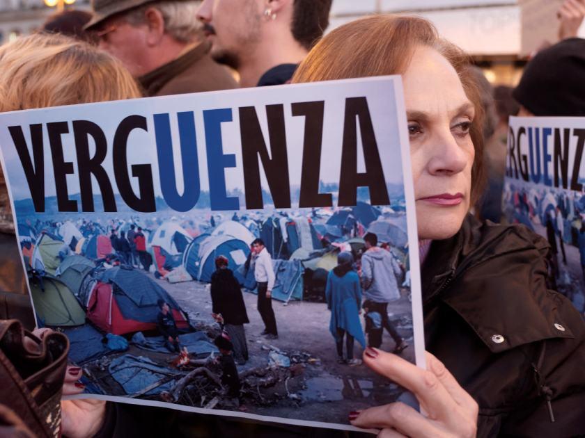 Mujer sostiene pancarta expresando verguenza por el trato de la Union Europea a los refugiados sirios. Concentración por los derechos de los refugiados en la Puerta del Sol de Madrid. Fotografía de Luis F. Roncero.