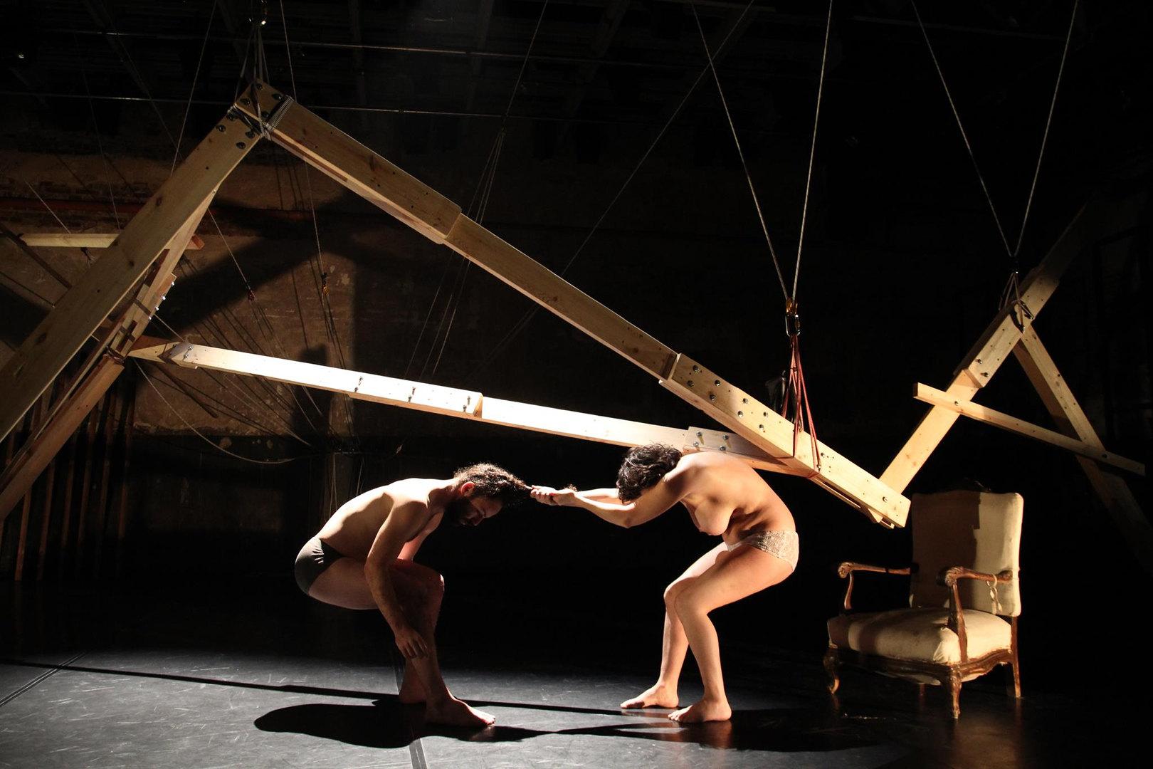 Silvia Gribaudi y Sharon Fridman en la representación de Inner. Imagen de Agathe Poupeney.