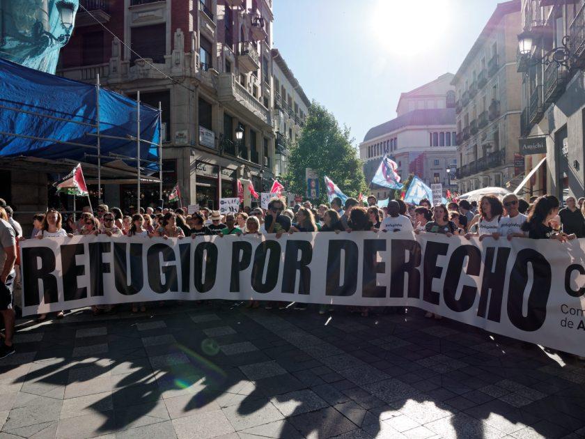 """Enorme pancarta que pide """"REFUGIO POR DERECHO"""". Manifestación en Madrid celebrando el Día Mundial del Refugiado. Fotografía de Luis F. Roncero."""