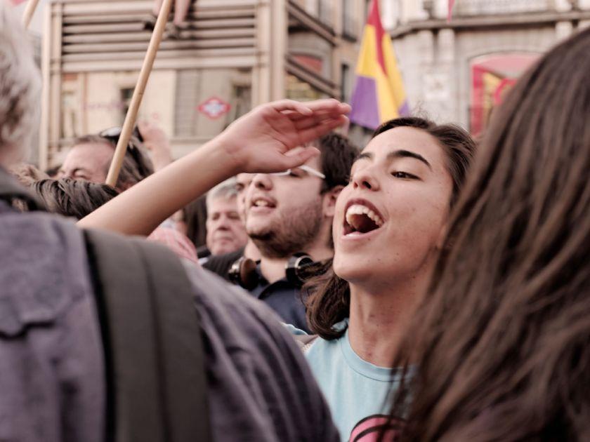 Mujer manifestándose por la República Española el día de la abdicación del rey Juan Carlos de Borbón. Fotografía de Luis F. Roncero.