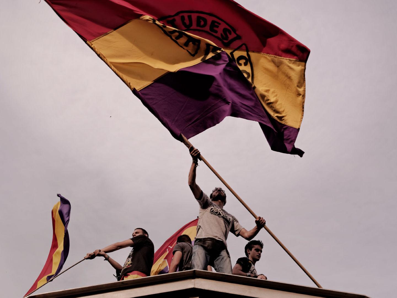 Jóvenes ondeando la bandera republicana subidos en la cúpula del Metro Sol. Manifestación para el referendum sobre la Monarquía Española. Fotografía de Luis F. Roncero.