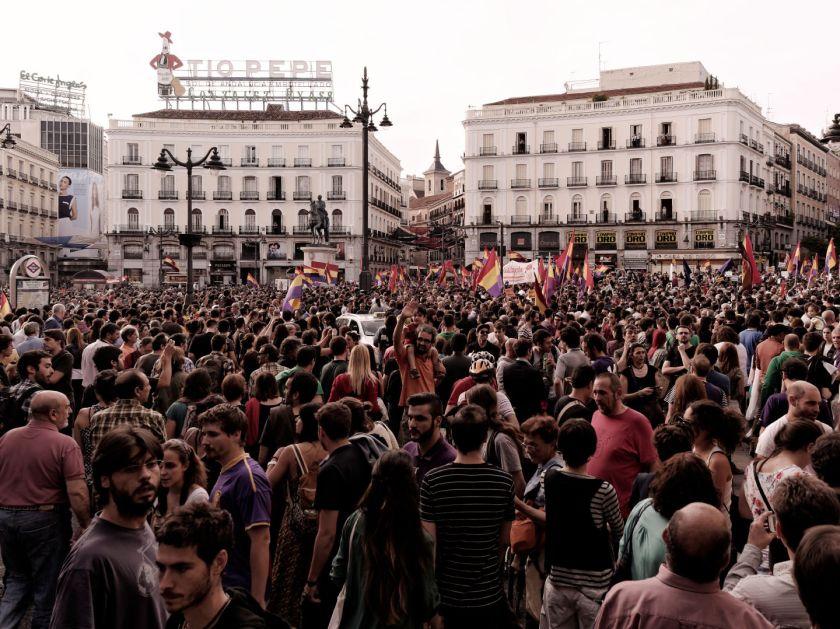 Ciudadanos llenan la Puerta del Sol para celebrar la abdicación del rey Juan Carlos I. Manifestación para el referendum sobre la Monarquía Española. Fotografía de Luis F. Roncero.