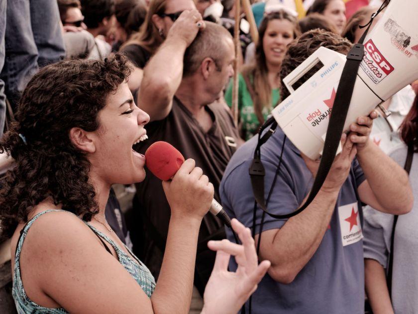Mujer con micrófono y megáfono. Manifestación para el referendum sobre la Monarquía Española. Fotografía de Luis F. Roncero.