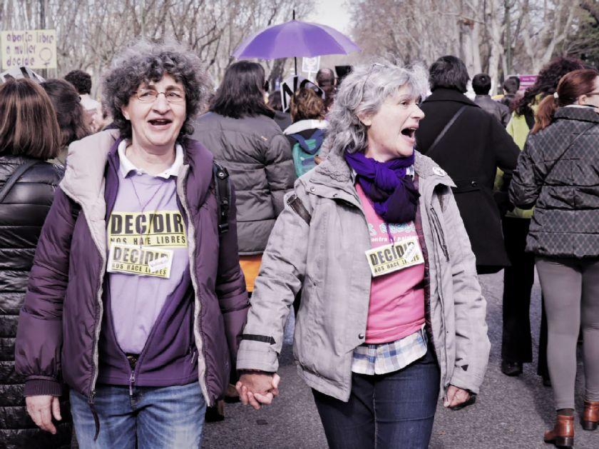 """Mujeres feministas con carteles: """"Decidir nos hace libres"""". El Tren de la Libertad. Manifestación contra la Ley Gallardón del Partido Popular. Fotografía de Luis F. Roncero."""