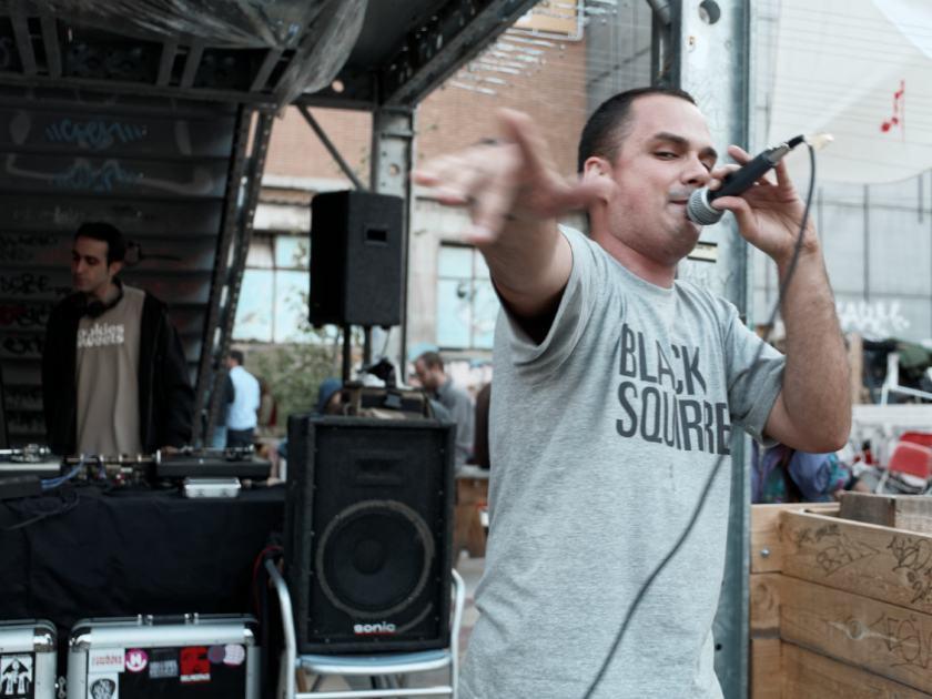 Nársil en concierto con una camiseta de Black Squirrel. La Latina Block Party en El Campo de Cebada, Madrid. Fotografía de Luis F. Roncero.