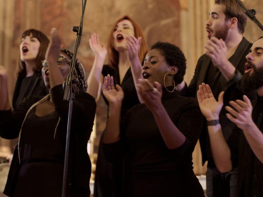Animando al público con palmas. Concierto navideño del coro Gospel Factory en la Parroquia de Nuestra Señora de las Victorias de Madrid. Fotografía de Luis F. Roncero.