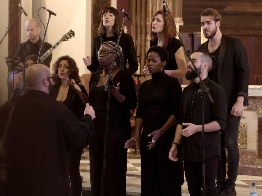 Daniel Reus dirigiendo al coro en un concierto navideño de Gospel Factory en la Parroquia de Nuestra Señora de las Victorias de Madrid. Fotografía de Luis F. Roncero.