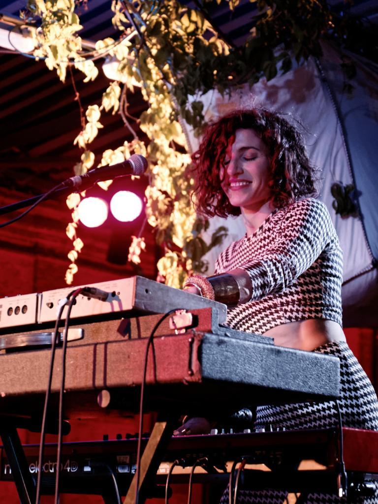Laia Torrents tocando los sintetizadores de Cabo San Roque. En el Festival Frinje de Matadero Madrid. Fotógrafo: Luis F. Roncero.