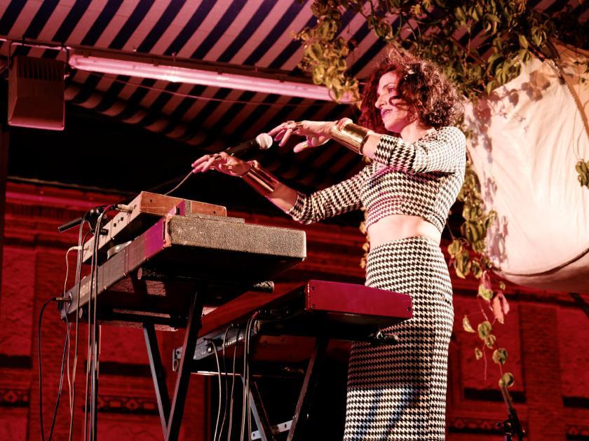 Laia Torrents con los brazos levantados a punto de tocar los teclados. En el Festival Frinje de Matadero Madrid. Fotógrafo: Luis F. Roncero.