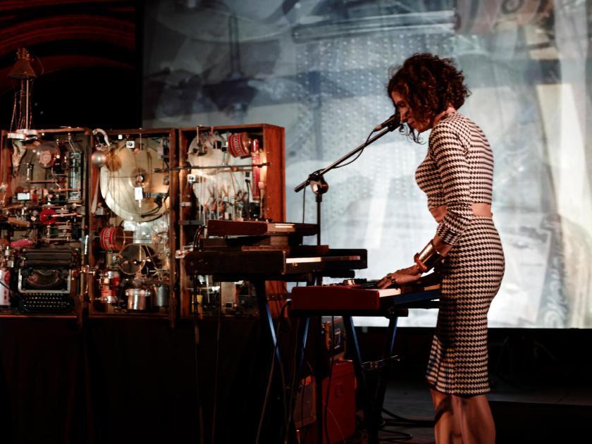 Laia Torrents y la orquesta mecánica de Cabo San Roque. En el Festival Frinje de Matadero Madrid. Fotógrafo: Luis F. Roncero.