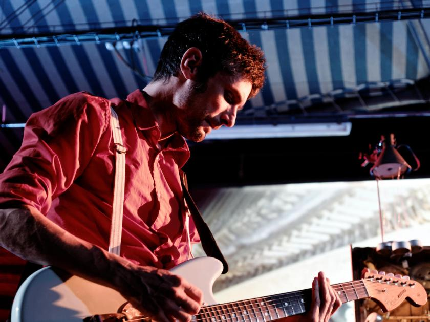Roger Aixut tocando una guitarra Fender Mustang en un concierto de Cabo San Roque. En el Festival Frinje de Matadero Madrid. Fotógrafo: Luis F. Roncero.