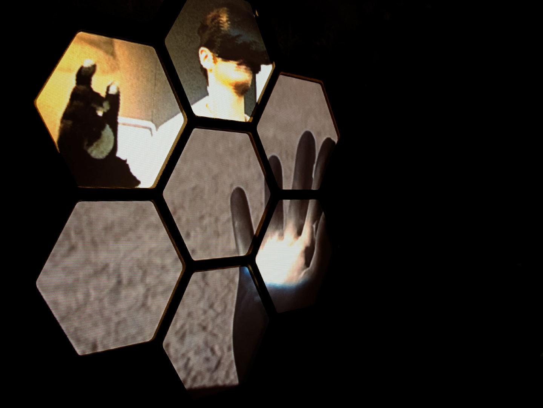 Proyección de vídeo sobre estructura de hexágonos. Instalación de videomappung realizada por el colectivo AVFLOSS en Medialab Prado. Fotografía de Luis F. Roncero.