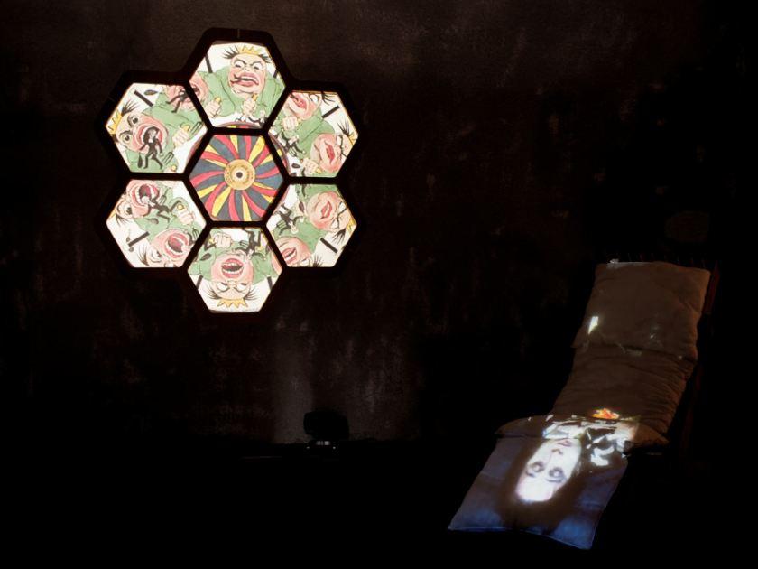 Proyección caleidoscópica de video mapping. Instalación de videomappung realizada por el colectivo AVFLOSS en Medialab Prado. Fotografía de Luis F. Roncero.