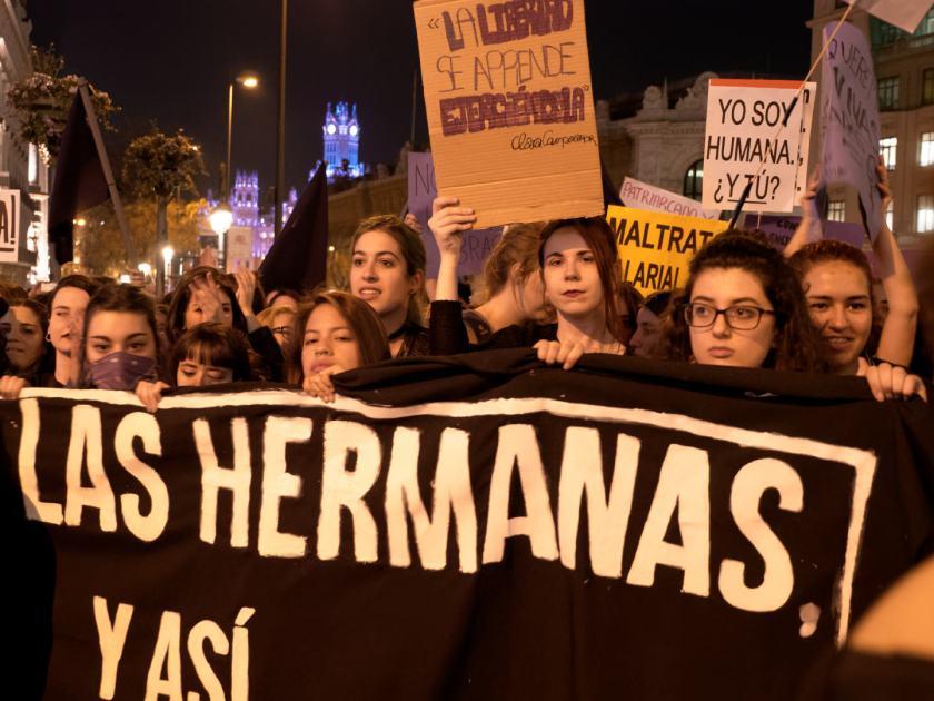Hermanas feministas. Manifestación del Día Internacional de la Mujer en Madrid. Fotografía de Luis F. Roncero.