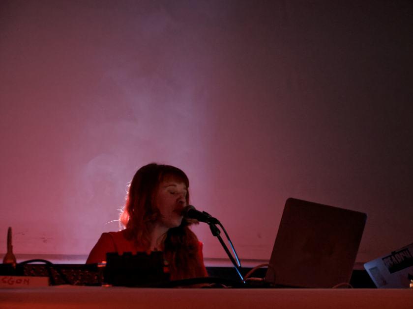 Holly Herndon cantando. Concierto del festival Electrónica en Abril de La Casa Encendida, Madrid. Fotografía de Luis F. Roncero.